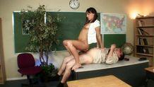 Une jolie étudiante brune baise son prof à même le bureau