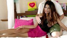 Une jeune et belle latine se retrouve à baiser devant la caméra