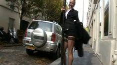 Une bourgeoise francaise montre son cul en pleine rue