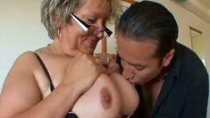 Mamie aux gros seins se fait gonfler le clito
