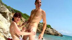Une vieille qui suce un jeune inconnu sur la plage, surréaliste!