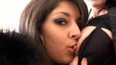 Une lesbienne debutante découvre le plaisir d'une bite