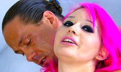 Jeune rousse baisee par un colosse tout en bite