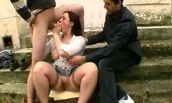 Une femme mariée suce un inconnu dans un lieu public