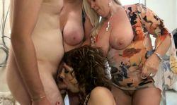 Trois femmes matures aux gros seins se ruent sur un minet