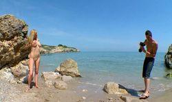 Une blonde à gros seins toute nue à la plage, shootez les gars!