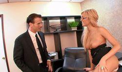 Une belle secretaire attend son boss à poil dans son bureau.