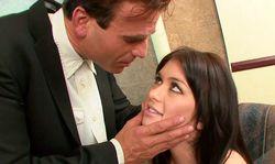 Une secrétaire coquine trouve un compromis pervers avec son boss