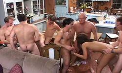 Orgie géante dans la cuisine, tout le monde est convié!