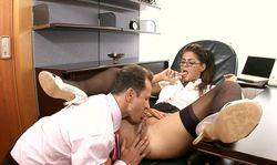 Une secretaire en collant rêve de plaisir avec son patron