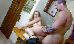 La prof de musique baise sur la table avec son élève musclé