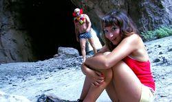 Un clown baise par surprise une jolie demoiselle en détresse