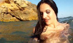 Une jeune minette baise dans la mer avec son mec