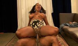 Une black se fait baiser, sus à son énorme cul