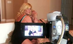 Une mature infidèle fait une vidéo cochonne avec sa copine!